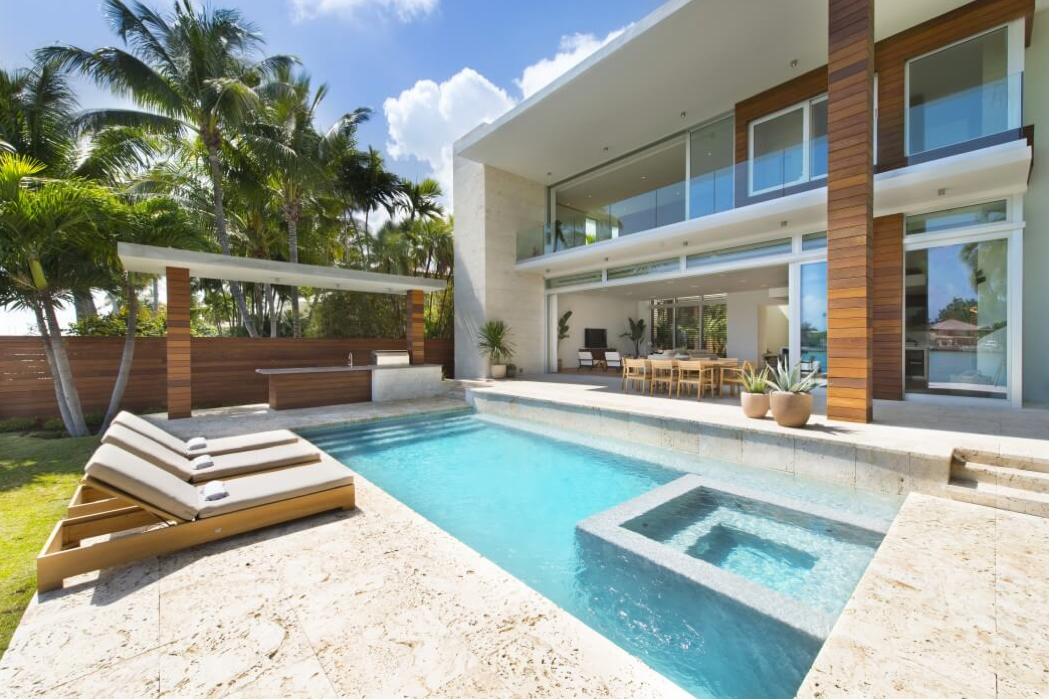 11 ejemplos espectaculares de construcci n moderna de for Casa moderna frente al mar
